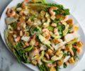 Закуска из салата романо с креветками и заправкой «Цезарь»