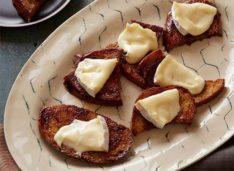 Тосты в кленовом сиропе с мягким сыром