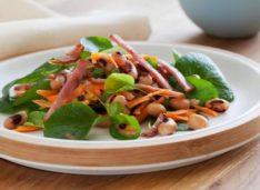 Салат из фасоли «Чёрный глаз» с канадским беконом